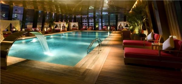 piscine-en-bois-rectangulaire-intérieur-d'hotel-luxueux