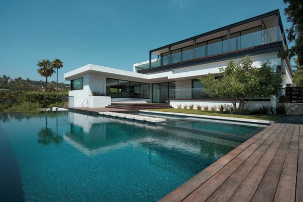 piscine-en-bois-rectangulaire-maison-blanche-moderne