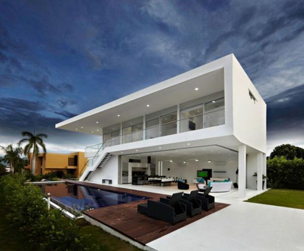 piscine-en-bois-rectangulaire-maison-modulaire-avec-une-grande-terrasse