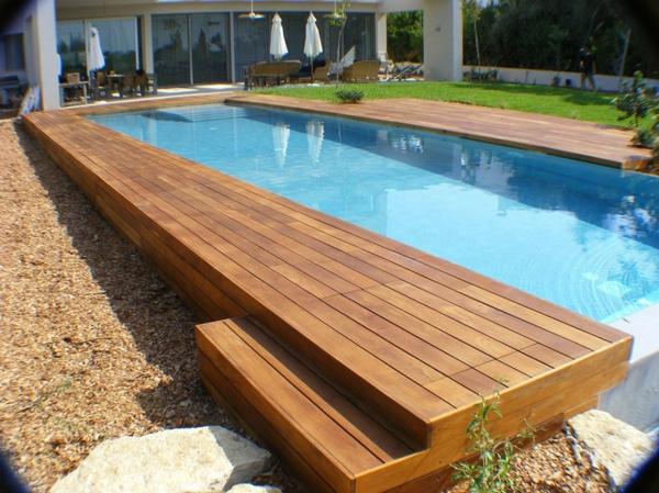 piscine-en-bois-rectangulaire-parasols-blancs