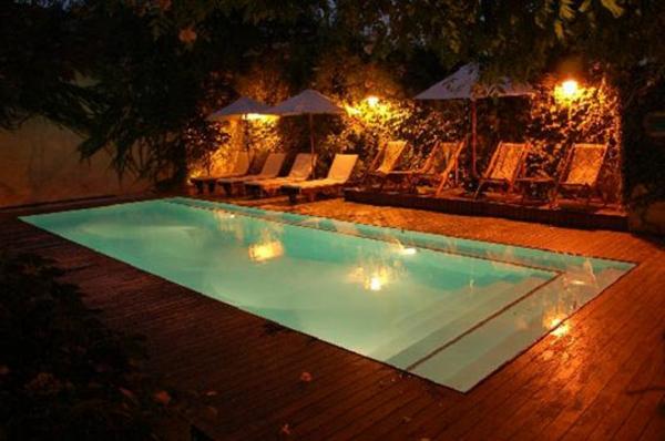 piscine-en-bois-rectangulaire-piscine-rectangulaire-extérieure-et-chaises-longues
