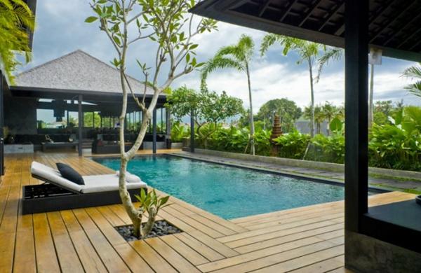 piscine-en-bois-rectangulaire-sol-en-bois-et-plantes-jolies-exotiques