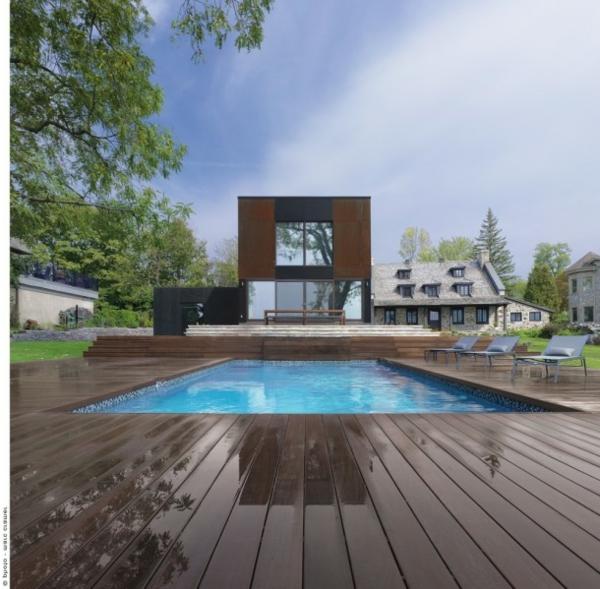 piscine-en-bois-rectangulaire-sol-en-bois-foncé
