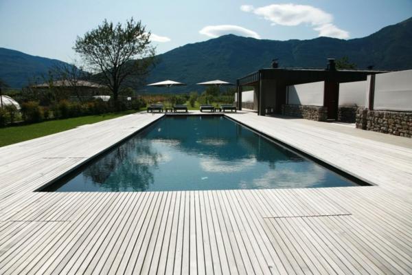piscine-en-bois-rectangulaire-sous-la-montagne