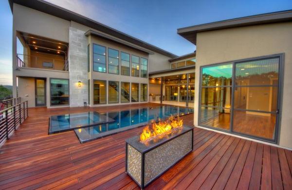 piscine-en-bois-rectangulaire-un-extérieur-unique-piscine-et-un-foyer