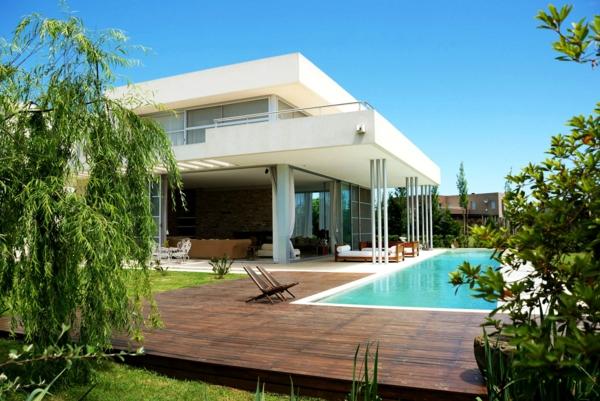 piscine-en-bois-rectangulaire-un-jardin-vert-resized