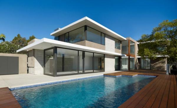 piscine-en-bois-rectangulaire-une-maison-blanche-contemporaine