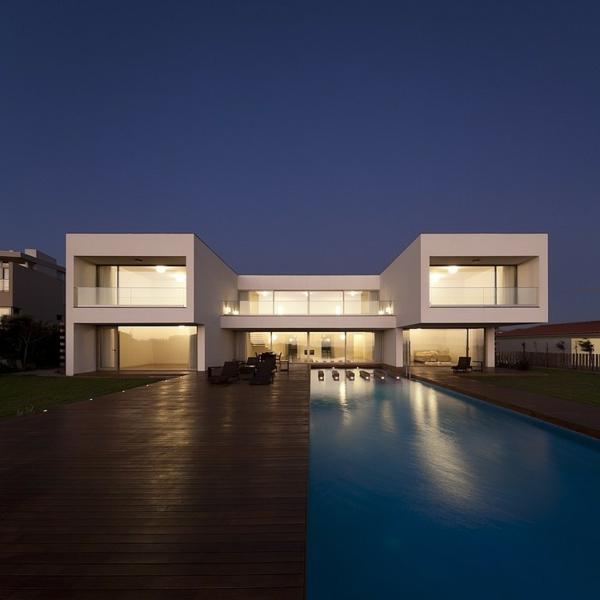 piscine-en-bois-rectangulaire-une-maison-contemporaine-incroyable-resized