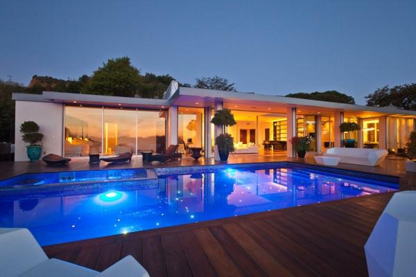 La piscine en bois rectangulaire espace de d tente et d co pour l 39 ext rieur for Petite maison luxueuse