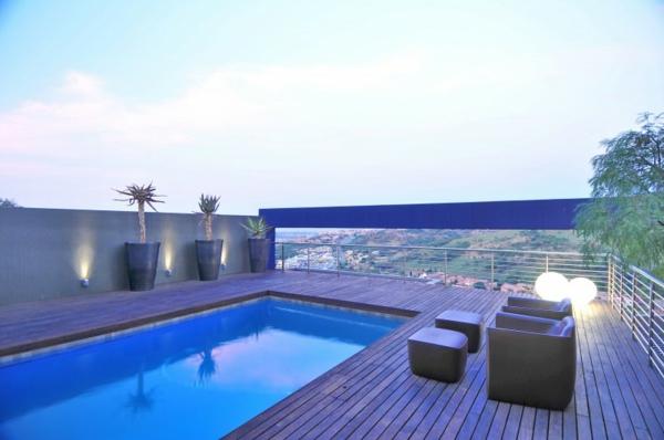 piscine-en-bois-rectangulaire-une-terrasse-sur-toit