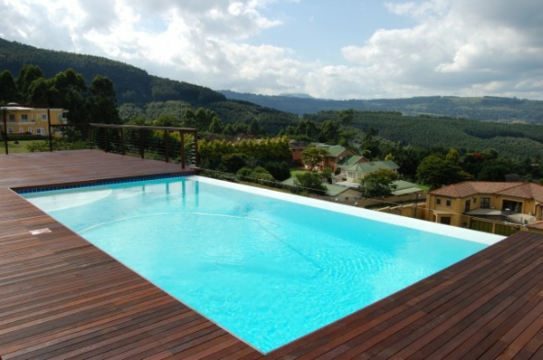 piscine-en-bois-rectangulaire-une-vue-splendide