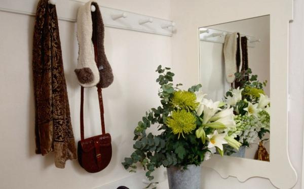 rénover-sa-maison-et-faire-un-jolie-entrée-avec-décoration-de-fleurs-et-mporte-manteau-petit-pas-remarquable-si-vus-avez-pas-bea