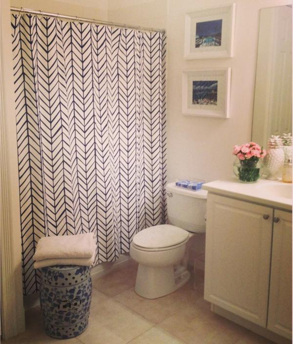 rideau-de-salle-de-bain-en-motif-avec-décoration-en-cadre