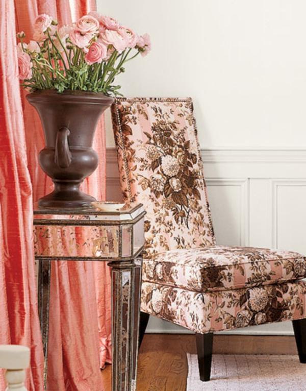 rideau-en-rose-en-style-rétro-avec-un-fauteille-unique-et-classique