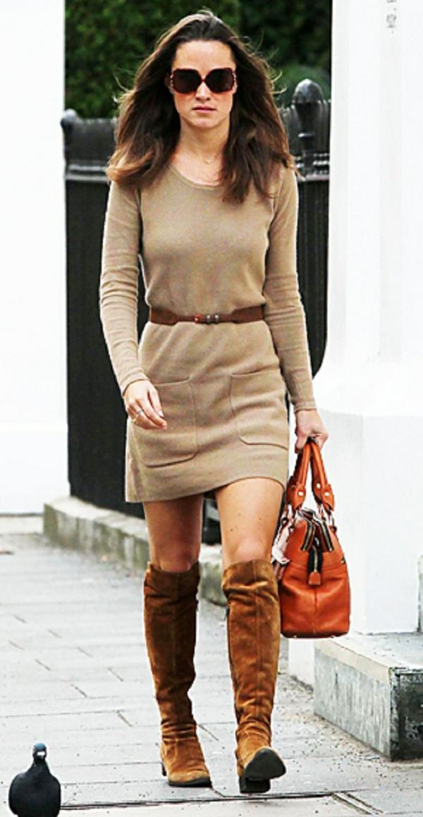 robe-pull-beige-et-un-sac-rouge