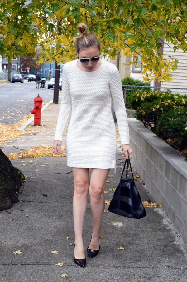 robe-pull-blanche-et-chaussures-talons-noires