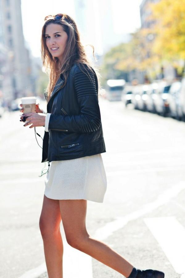 robe-pull-blanche-et-jacket-en-cuir-noir