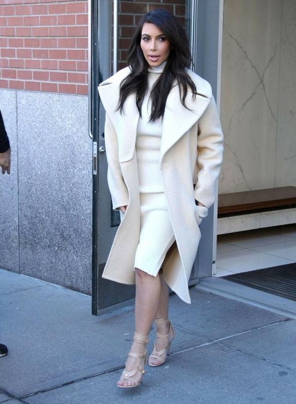 robe-pull-blanche-et-un-manteau-superbe-en-beige