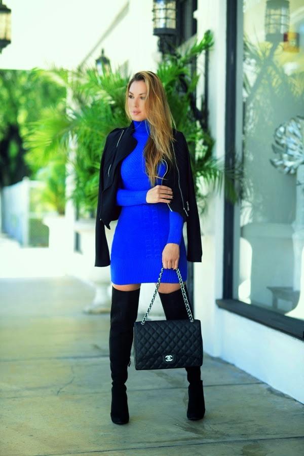 robe-pull-bleue-manteau-et-bottes-noirs