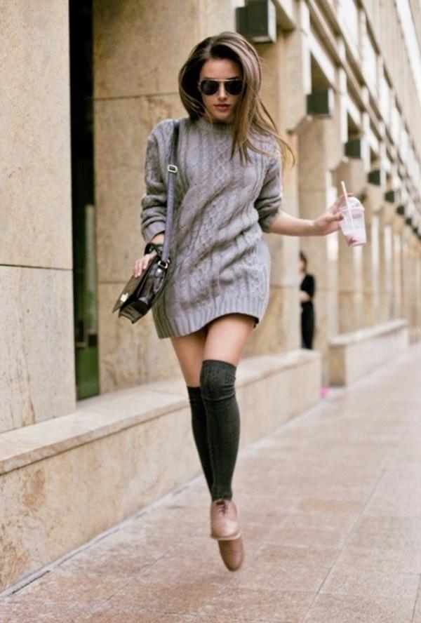robe-pull-grise-chaussettes-noires-et-chaussures-marronnes