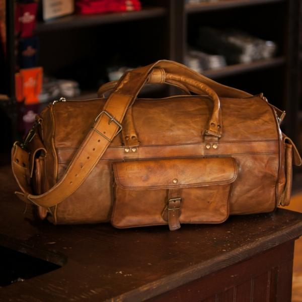 sac-de-voyage-avecun-pauche-original-et-de-cuire-doux