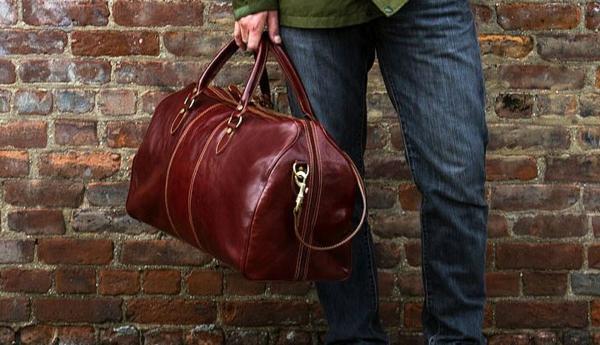 sac-de-voyage-en-cuire-rouge-original-pour-lui-avec-undesign-classique-et-élégant