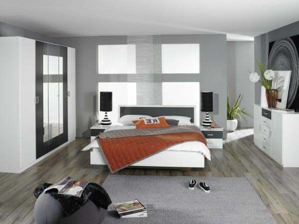 salle-de-la-maison-en-gris-actuelle-avec-des-couverture-unique-et-un-design-orange-pour-le-sol