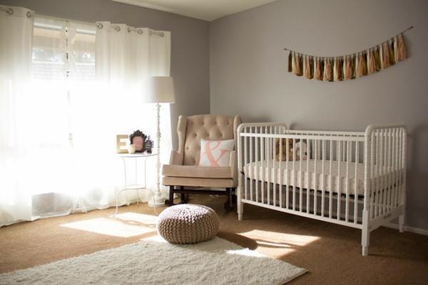simple -ameublement-pour-jole-design-du-chambre-de-bebe-avec-un-lit-en-blanc