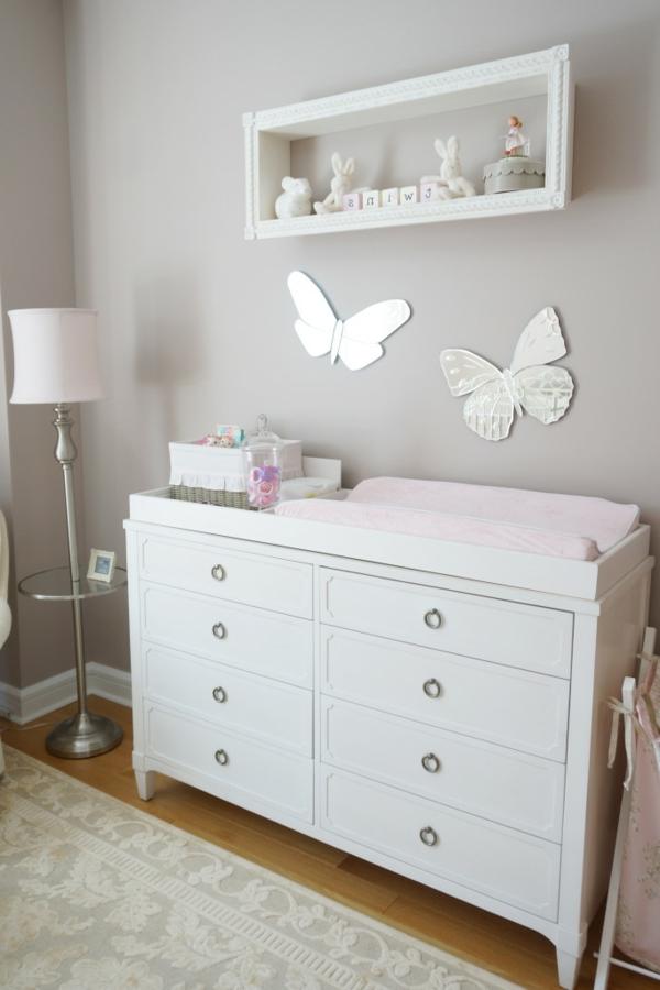 simple-design-en-blanc-et-des-papillons-pour-une-fille