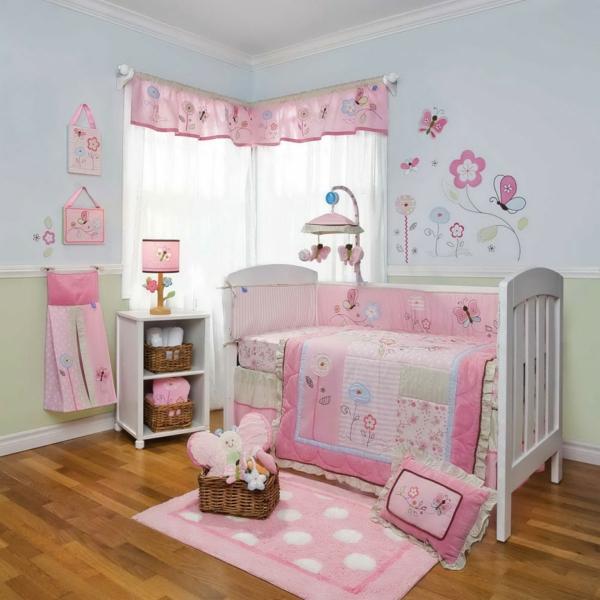 sol-de-bois-laminée-et-ameublement-en-rose-et-blanc-pour-la-chambre-du-bébé-fille