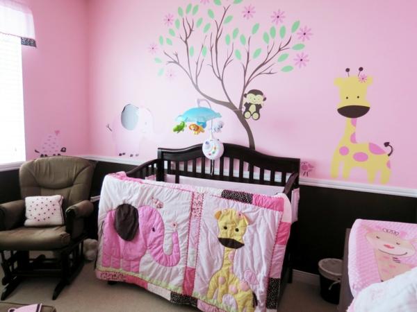 sympatique-décoration-mural-avec-un-arbre-et-giraf