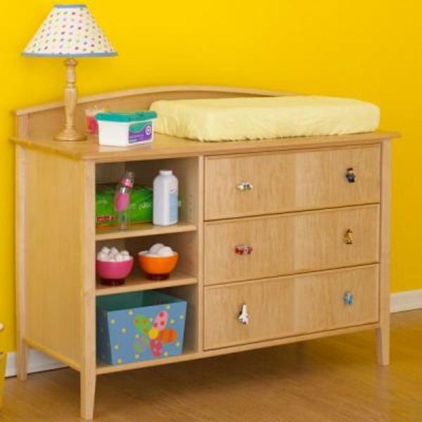 table-à-langer-du-bois-avec-une-sympa-décoration-pour-votre-bébé