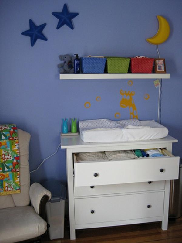 table-a-langer-pour-bebe-et-décoration-du-mur-en-bleu