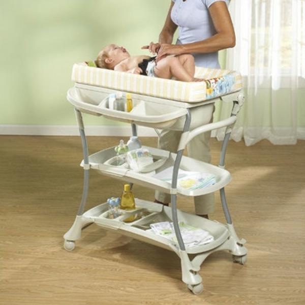 table-de-bebe-que-vous-pouvez-transporter-et-bouger-tres-facilement-a-cause-des-roulettes