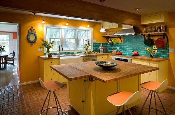 tabouret-de-bar-coloré-cuisine-chaleureuse-carrelage-bleu-et-tabourets-oranges