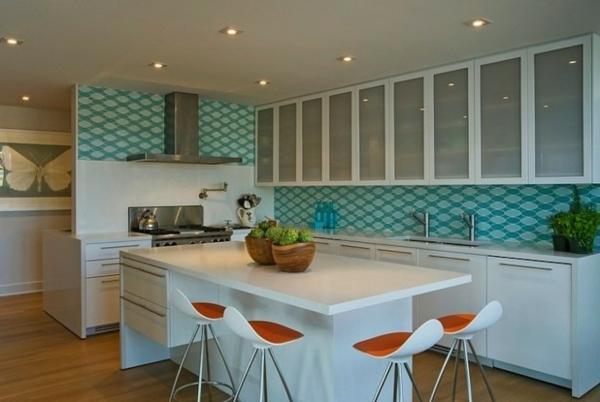 tabouret-de-bar-coloré-tabourets-bicolores-dans-la-cuisine-moderne