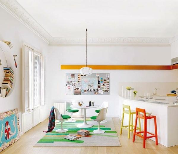 tabouret-de-bar-coloré-tapis-vert-comptoir-blanc