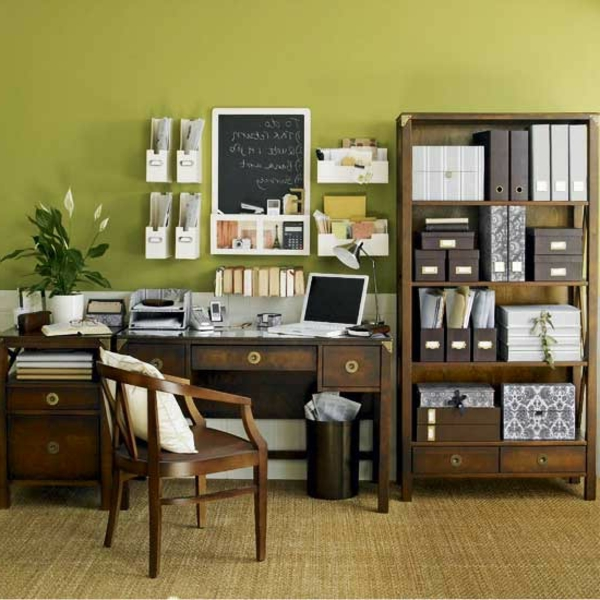 traditionel-bureau-en-bois-pour-votre-design-avec-un-mur-verte