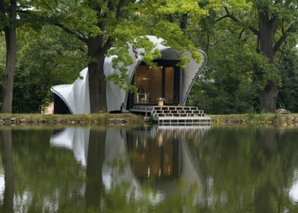 trouvez-le-design-de-maison-a-côté-du-lac-en-style-moderne-en-blanc