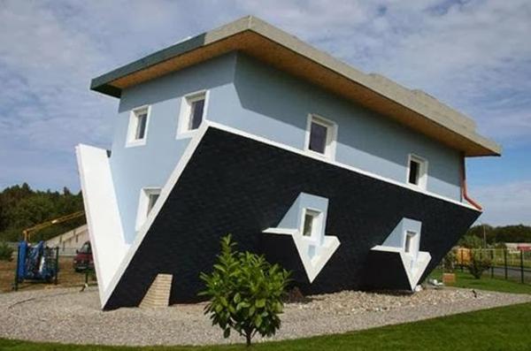 une-maison-en-envers-en-bleu-Trassenheide-en-Alemagne