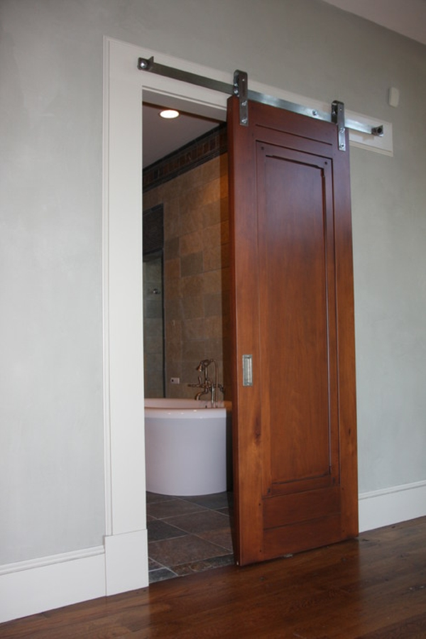 Une-porte-sur-rail-en-bois-pour-un- La Porte Coulissante Pour La Salle De  Bain ...