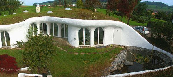 unique-architecture-avec-la-maison-de-terre-en-blanc-et-tois-de-terre-et-verdure