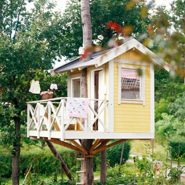 unique-cabane-dans-les-arbres-jaune-et-blanc-super-mignon