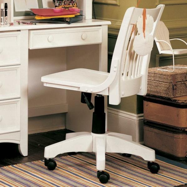 unique-chaise-en-blanc-d'office'et-un-bureau