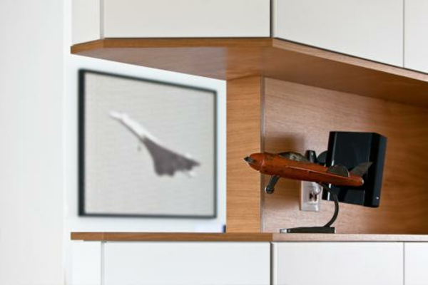 unique-décoration-avec-un-avion-et-des-éléments-dans-la-maison