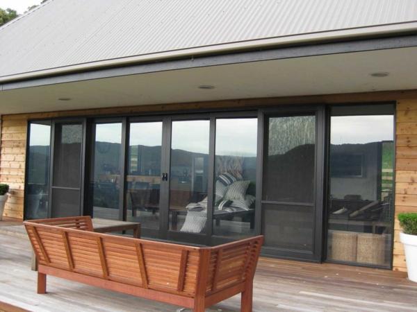 unique-noire-porte-coulissante-vintéeet-une-terrasse-agréable