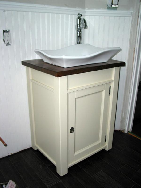 unique-salle-de-bain-avec-un-armoir-en-blanc-tout-petit-que-vous-pouvez-utiliser-dans-la-plus-