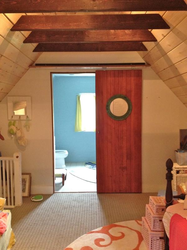 unique-salle-de-bain-avec-une-porte-en-bois-et-fenêtre