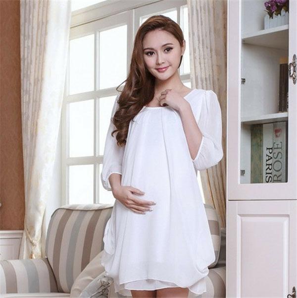 vêtement-de-grossesse-en-blanc-tissue-légère