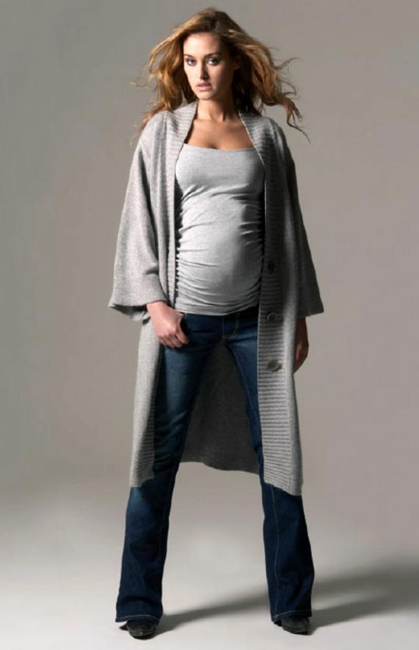 vêtement-grossesse-pour-une-femme-moderne-avec-de-jean-et-de-bleuse